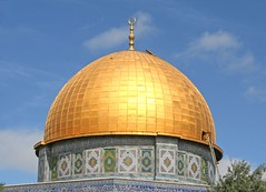 What's Under the Dome? (Andrew E. Larsen) Tags: islam jerusalem middleeast domeoftherock digitalrebelxt oldcity papalars andrewelarsen