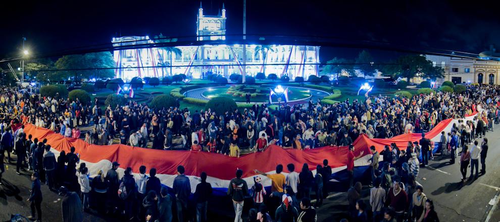Una enorme bandera paraguaya, fue extendida frente al Palacio de López, que entre cánticos y gritos de ¡Viva Paraguay!- fue firmada por los presentes. (Tetsu Espósito - Asunción, Paraguay)