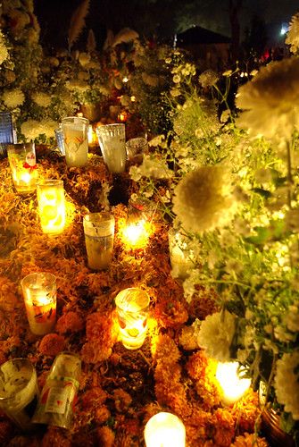 Veladoras y flores por JL.V.
