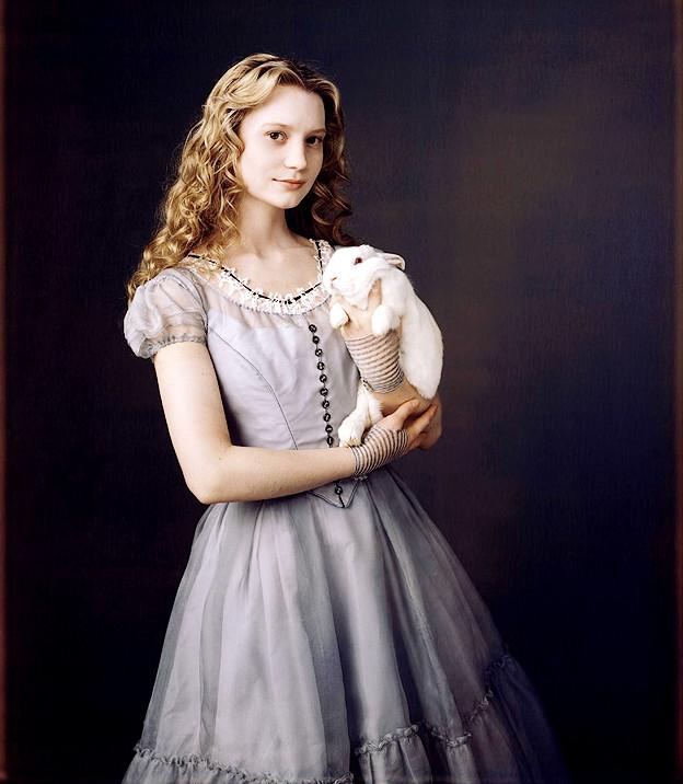 Alicia con conejo blanco