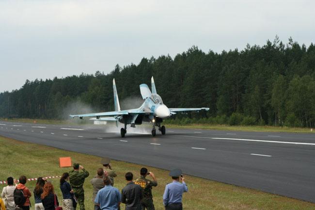 2007-08-04_Su-27_Landing
