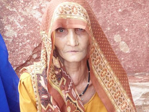 Mujer a las puertas del Agra Fort