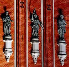Eternal neighbours (Dmitriy Moiseyev) Tags: red architecture night latvia sculptures riga lettland blackheads latvija lettonie