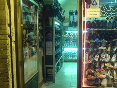 عکس خاتمی در  ورودی  مغازه کفش فروشی