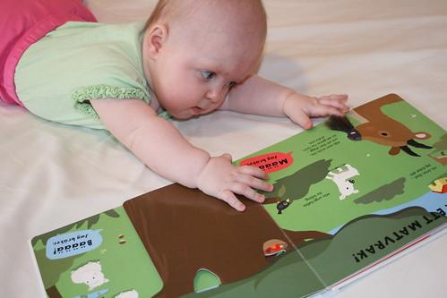 Ava läser Klappa djuren