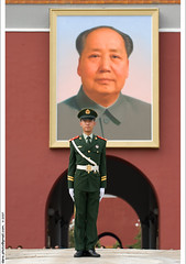 Mao's portrait at Tiananmen Square  (*dans) Tags: china soldier beijing mao  tiananmen  2007 chairmanmao  palacemuseum  superbmasterpiece