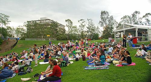 O público começa a chegar cedo no Riverstage para as apresentações de Ballet no Jardim Botânico.