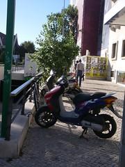 Estacionamento de bicicletas e motas no passeio