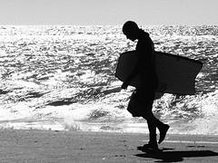 Despues del bodyboard (Javier Azul) Tags: sea blackandwhite sun blancoynegro sol beach silhouette mar sand surf shine sombra playa arena shade silueta brillos bodyboard