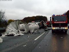 LKW durchbricht Brückengeländer 03.11.07