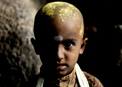 Shaved boy in the darkness of the temple, India (Eric Lafforgue) Tags: india democracy indie indi indien hind indi inde hodu southasia indland  hindistan indija   ndia hindustan   lafforgue   ericlafforgue hindia  bhrat 703394  indhiya bhratavarsha bhratadesha bharatadeshamu bhrrowtbaurshow  hndkastan
