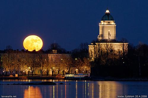 Moonrise over Suomenlinna by taivasalla.