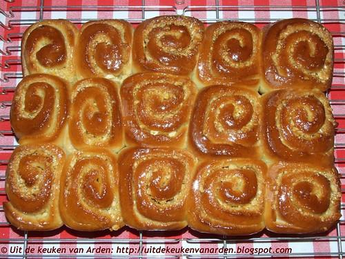 Broodjes met sinaasappel en amandelen