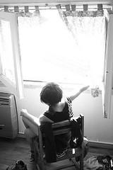 en la ventana (Analía Acerbo Arte) Tags: blancoynegro luz ventana hostel yo silla vista