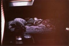 (whachadoin) Tags: color film analog 50mm desorden hermano cama praktica probando pieza mtl3 análoga prakticamtl3 pentacon50mm18