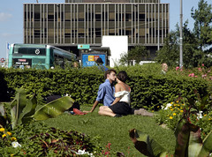 Lovers in Paris (20050721-170022) (ri.co) Tags: people woman man paris france love frankreich kissing couple open space wiese mensche