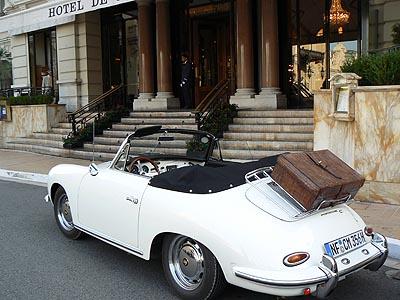 vieille voiture devant le Louis XV.jpg