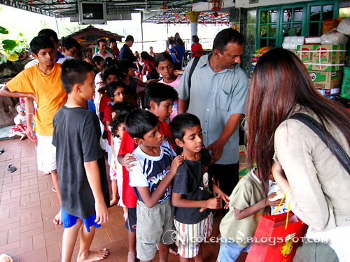 give ang pow to orphanage kids