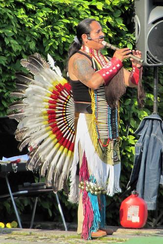 [Un Indian cu Pene în Herăstrău. Fotografie de Alex Pănoiu, pe Flickr.]
