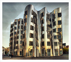 Frank Owen Gehry (Jrg Dickmann) Tags: autumn sunset building fall topf25 architecture canon germany geotagged deutschland evening abend topf50 sundown herbst gehry architektur nrw dsseldorf topf100 frankgehry duesseldorf hdr topf200 neuerzollhof medienhafen 4xp canon1740 mediaharbour mediaharbor singleraw 400d anawesomeshot geo:lat=51216484 geo:lon=675749