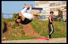 Salto Capoeira (B'Rob) Tags: chile city travel streetart verde green art beach true garden photography photo yahoo google jump nikon capoeira flickr paradise via picture jardin ciudad playa colores best arena wikipedia salto eden paraiso jardn vregion d40 brob brobphoto