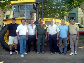Miembros del Consorcio Caminero Nº94 de Dalmacio Velez posan junto al nuevo tractor