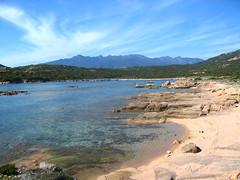 La plage de Saparelli depuis la pointe de Testarella avec le massif de Cagna en arrière-plan