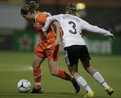 SC Heerenveen-speelster Sherida Spitse probeert namens Nederland haar Duitse tegenstandster af te troeven in het EK-kwalificatieduel in Volendam. Wereldkampioen Duitsland won de interland met 0-1