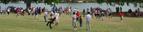 Diversão no parque. Crianças de famílias refugiadas das guerras Africanas aproveitando um dia de sol na sua nova terra, Austrália. Nada como um bom churrasco e uma bola de futebol para ajudar na integração cultural.
