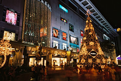 Paragon (GenkiGenki) Tags: christmas xmas light people tree film night singapore fuji 28mm decoration orchard shoppingmall fujifilm gr ricoh reala paragon gr1v reala100