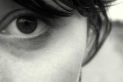 Schnheit liegt im Auge des Betrachters (Frau Bb (buuusyyyy)) Tags: portrait bw selfportrait eye face hair gesicht skin hell schwarzweis auge selbstportrait dunkel haare augenblick haut