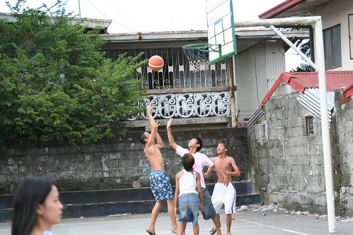 boys playing Basketball shooting hoops city scene recreation game Pinoy Filipino Pilipino Buhay  people pictures photos life Philippinen  菲律宾  菲律賓  필리핀(공화국) Philippines