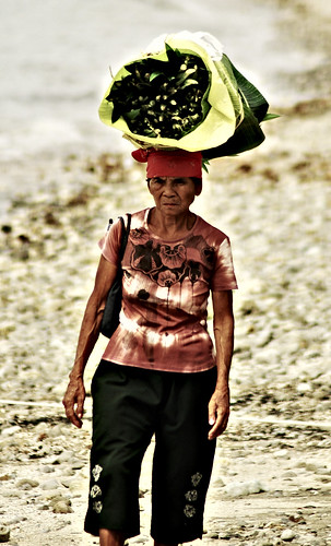 green vegetable on head woman old  batangas Pinoy Filipino Pilipino Buhay  people pictures photos life Philippinen  菲律宾  菲律賓  필리핀(공화국) Philippines