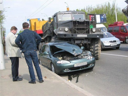 camion-ruso-vs-hyundai-elantra-0