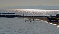 Bambini al mare (Girovagando) Tags: sunset sea beach kids nikon tramonto play bambini napoli spiaggia italians pontile goldenglobe d80 ombremare