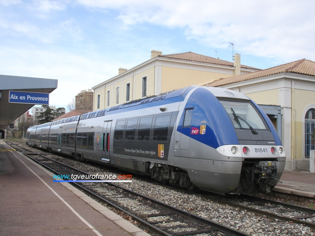 Un Autorail à Grande Capacité B81500 de la SNCF en gare d'Aix-en-Provence