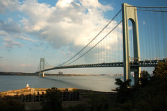 Verrazano Bridge / Fort Wadsworth (Leonard Tsang) Tags: nyc travel lighthouse d50 river nikon hudsonriver verrazanobridge verrazanonarrowsbridge fortwadsworth fortwadsworthlighthouse