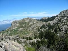Arrivée en vue d'Apaseu: le plateau d'Apaseu et le col 1225m au-dessus