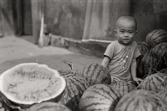 Water melon boy - Beijing (Jeff Bauche._.)) Tags: voyage china travel boy portrait blackandwhite bw film jeff water photography blackwhite kid travels child noiretblanc retrato portrt roll hp5 melon portret ritratto soe argentique portrat voyages pellicule bauche 10faves flickrsbest abigfave flickrdiamond ysplix theunforgettablepictures excapture betterthangood theperfectphotographer goldstaraward jeffbauche jeanfranoisbauche jeffbauche jeffbauchehotmailcom