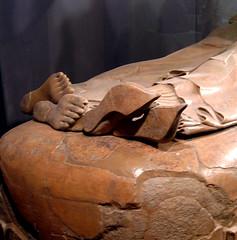 piedi (Kli) Tags: roma arte piedi lazio muso kline rm villagiulia urna sarcofago banchetto etrusca sandali triclinio orientalizzante urnacineraria sarcofagodeglisposi arteetrusca visecac calceirepandi calzariapunta