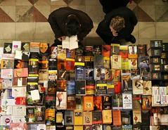 Guardando giu (looking down) (ozio-bao) Tags: people 20d canon book florence store books libri firenze edison libreria challengeyouwinner abigfave oziobao