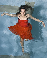 coming... (tdman) Tags: water fashion underwater modeling beautifullight bodyform watershoot alienbees offcameraflash xti