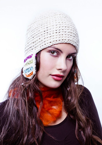 Gorro de lana natural con orejeras y bordado a mano