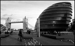 Urban contrasts. (flevia) Tags: bw london thames architecture cityhall thecity bn southbank foster normanfoster ilfordhp5 londra architettura biancoenero tamigi municipio nikonfa v700 35mmf24 scannednegatives greaterlondonauthorityheadquarters bnarchitettura flevia epsonoperfectionv700photo
