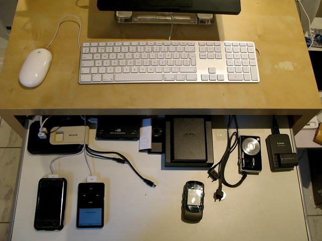 apple keyboard desk organisation macbook