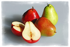still life with pears (Magda'70) Tags: stilllife food fruits fruit nikon pears january d200 2008 artphoto anawesomeshot aplusphoto kuwaitphoto diamondclassphotographer zymon kuwaitartphoto kuwaitart goldstaraward peachofashot