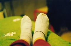 Piedone (lamirlet) Tags: 35mm pentax pentaxmesuper piedi calzini calzinicolorati armididistruzionedimassa 50mmf117 calzinibianchi reflexanalogica fotografiaanalogica piedoni trashbit arielli lamirlet osnula rullino35mm calzinipuzzolenti copertaafiorellini mammamiachepuzzo oddiosvengo calzinisudici mammachepeste aprilefinestre hofattounafotoenonsonosvenuta ragazzasvenuta piedidiosnula ilpuzzononsivede lgliodorinonsipossonofotografare