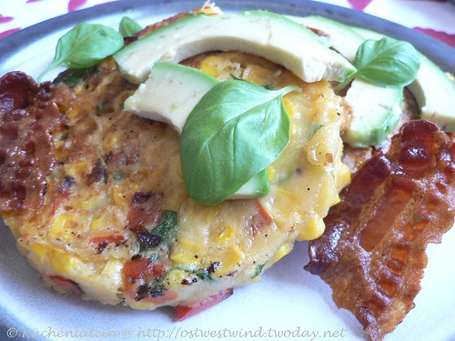 Hot corncakes with avocado, bacon & basil