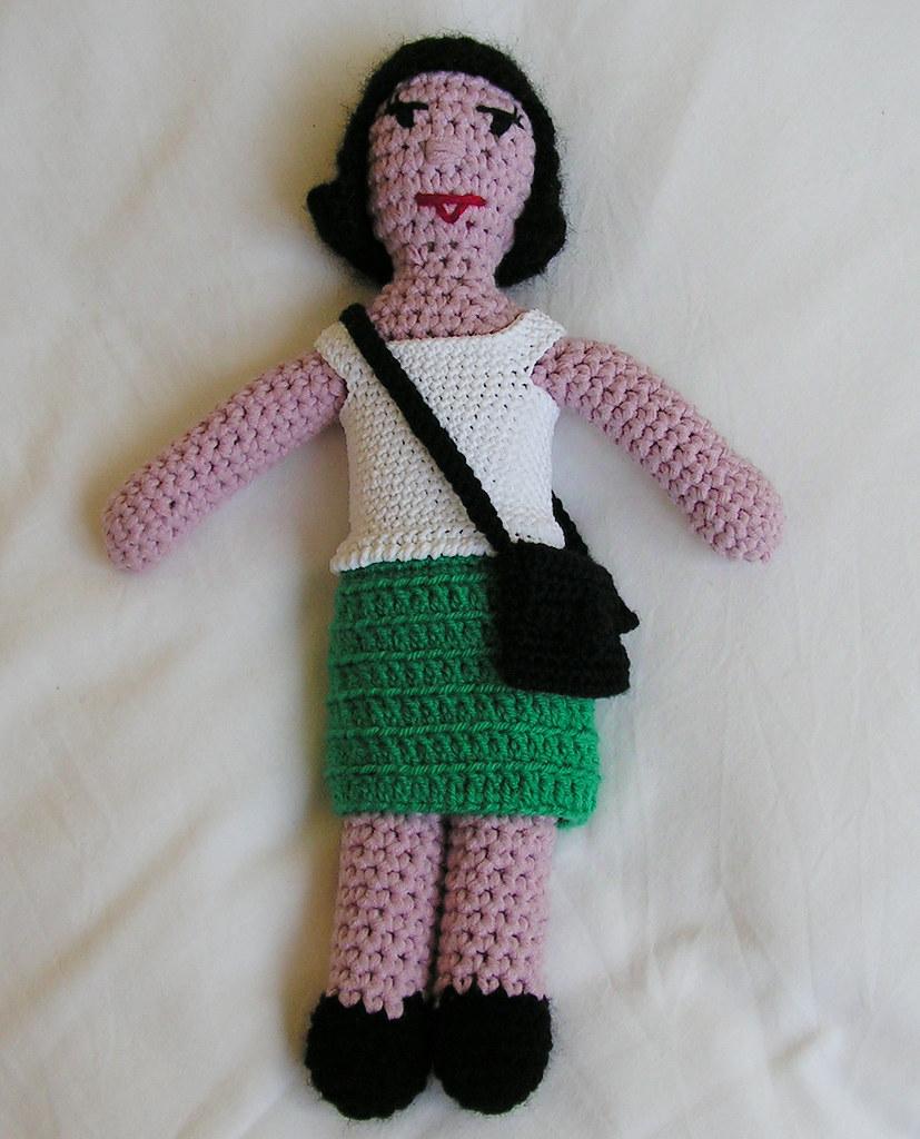 Beatrix en petite jupe verte et t-shirt blanc