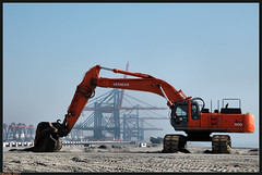 HAVING A BREAK (Jan2eke) Tags: nikon crane d70s caterpillar maasvlakte